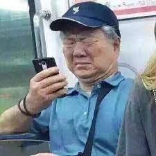 Ông lão tàu điện ngầm nhìn điện thoại